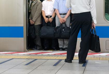 会社員、満員電車